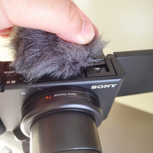 SONYのVlog向けデジタルカメラ「VLOGCAM ZV-1」のモフモフ(ウインドスクリーン)の着け方がわからない人、いるよね?4